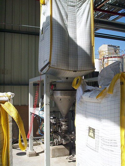 In-line mixer solid-liquid with direct addition of the solid to the mixer head